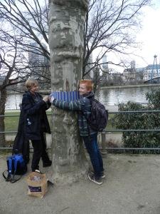 Zwei Jugendliche befestigen eine Stoffbinde, Foto: Lucien Kirchner